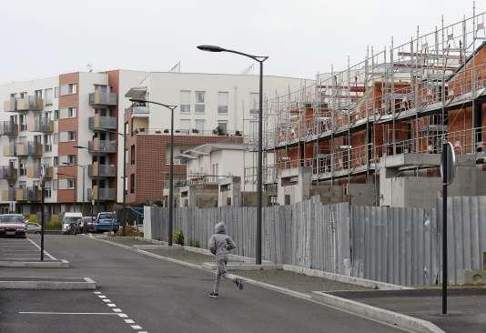 Des appartements en construction à Clichy-sous-Bois, dans la banlieue parisienne, en mai 2014.