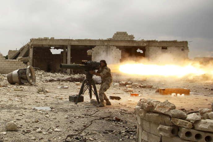 Un rebelle syrien de la brigade Al-Sultan Murad tire un missile anti-char sur les forces loyalistes d'Assad près de l'aéroport d'Alep, le 9 mai 2015.