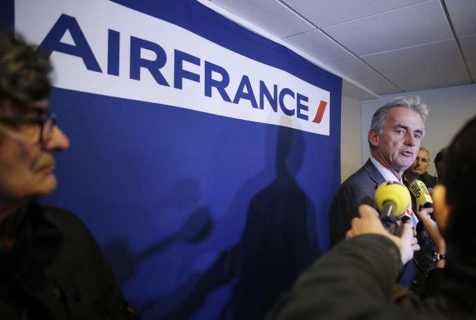 Après douze heures de négociations, mardi, Frédéric Gagey, PDG d'Air France, a remis « un protocole d'accord de fin de conflit » aux syndicats de pilotes de la compagnie.