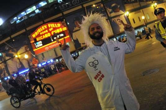 Un fan de l'équipe des Cubs, à Chicago, déguisé en Doc Brown, espère que son club remportera le titre en 2015, comme raconté dans Retour vers le futur.