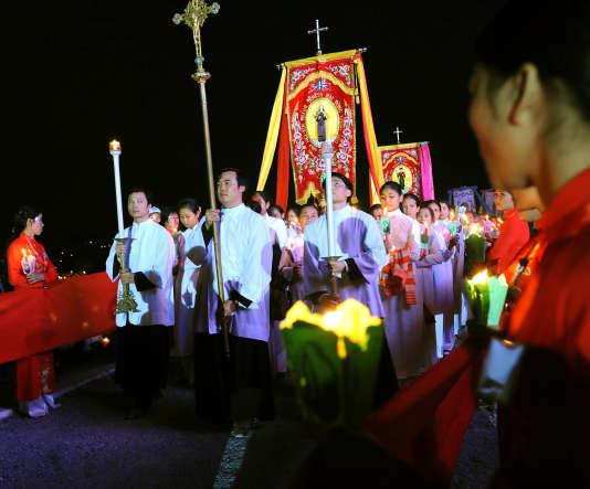 Une procession catholique lors des cérémonies du Nouvel An, à l'église de So Kien, dans le nord du Vietnam (province de Ha Nam). L'église catholique vietnamienne compte 6,6 millions de croyants, soit 6,93 % de la population.