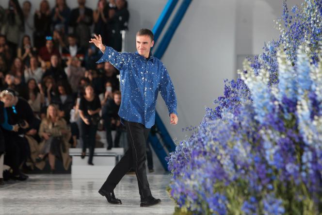 Raf Simons, lors d'un défilé pendant la Fashion Week de Paris.