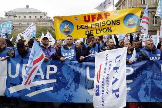 Des employés de l'administration pénitentiaire manifestent contre le manque de moyens humains et matériels, à Paris, le 22 octobre.