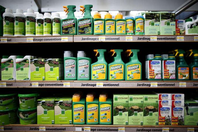 Désherbants à base de glyphosate, dont le célèbre Roundup de Monsanto. REUTERS/Charles Platiau - RTX1GPLL