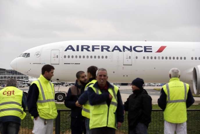« Nous avons pris en charge tous ces passagers, personne n'est bloqué à Paris, on a pris les dispositions nécessaires pour réacheminer ces personnes à leur point d'origine », a indiqué un porte-parole du groupe.