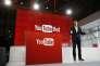 """Robert Kyncl, employé de Youtube, présente l'offre """"YouTube Red"""" lors d'une conférence de presse dans les locaux de YouTube à Los Angeles le 21 octobre 2015."""