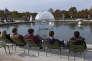"""""""Gonflable, contrepoids, transmission scooter électrique, lustres à pampilles, collecteur tournant, chaîne de moto, 24 volts"""", une installation de Vivien Roubaud, au Jardin des Tuileries, à Paris."""