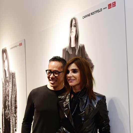 Carine Roitfeld (à dr.), avec le styliste japonais de la marque Uniqlo Naoki Takizawa, à Paris,  le 22 octobre 2015.