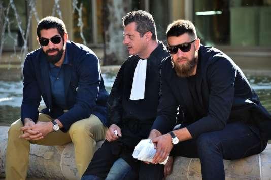 Nikola Karabatic (à gauche), son frère Luka Karabatic et leur avocat Mickaël Corbier, devant le tribunal de Montpellier, le 25 juin 2015.