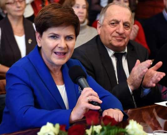Beata Szydlo, qui mène campagne pour le parti conservateur à l'occasion des législatives polonaises. AFP PHOTO / JANEK SKARZYNSKI