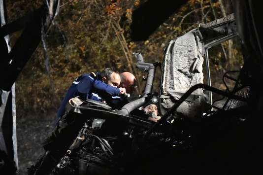 Les enquêteurs vont essayer de comprendre pourquoi le car s'est embrasé aussi rapidement après la collision.