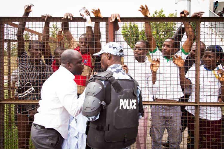Une partie des jeunes est restée dans les gradins. Ils tentent de s'approprier des Tee-shirts dédié à l'événement, jeudi 22 octobre à Abidjan.