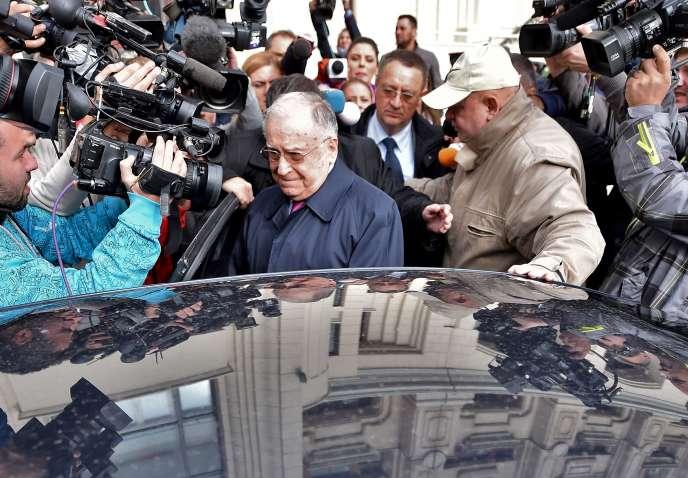 Ion Iliescu, ancien président de la Roumanie, à Bucarest en octobre 2015, après son interrogatoire par les procureurs.