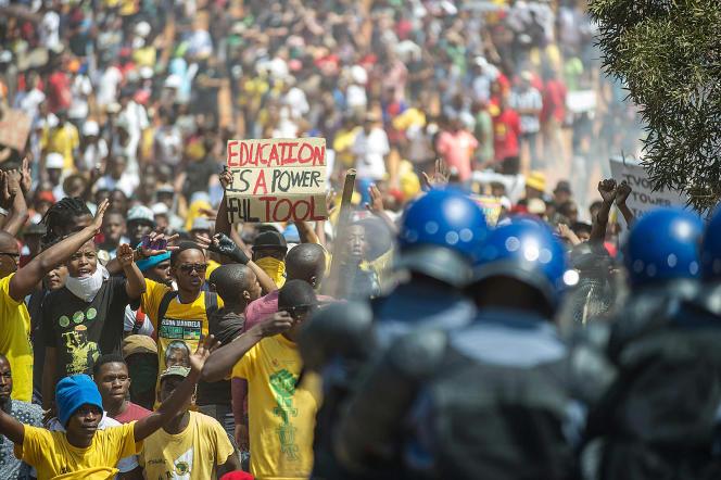La police sud-africaine disperse une manifestation des étudiants devant le siège du parlement, vendredi 23 octobre 2015 à Pretoria.