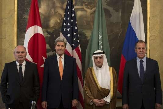 De gauche à droite : les ministres des affaires étrangères turc, Feridun Sinirlioglu, américain, John Kerry, saoudien, Adel Al-Jubeir, et russe, Sergueï Lavrov, le 23octobre à Vienne.