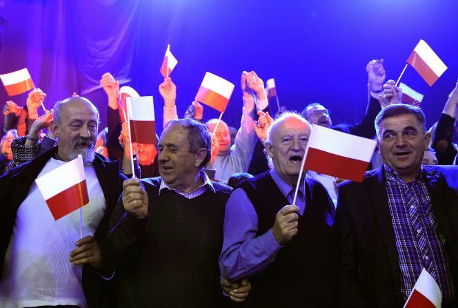 Des partisans de Droit et justice (PiS), le 22 octobre à Varsovie.