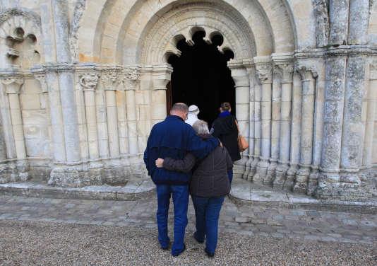 Rassemblement en hommage aux victimes de l'accident de car de Puisseguin, à Petit-Palais, en Gironde.