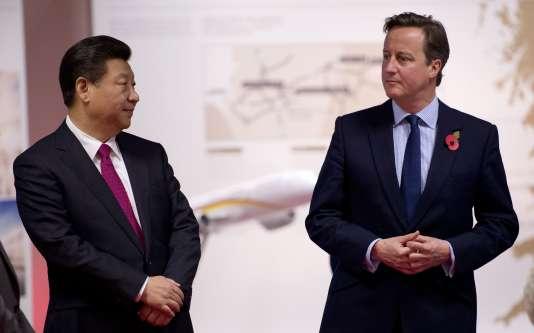 Le président chinois, Xi Jinping (à gauche) au côté du premier ministre britannique, David Cameron, à Manchester, le 23 octobre.