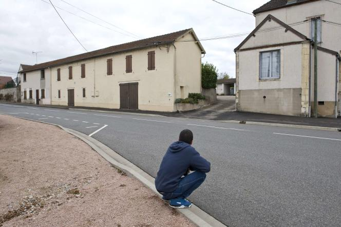 Un migrant après son arrivée dans un nouveau centre d'hébergement à Varennes-sur-Allier (Allier), le 23 octobre.