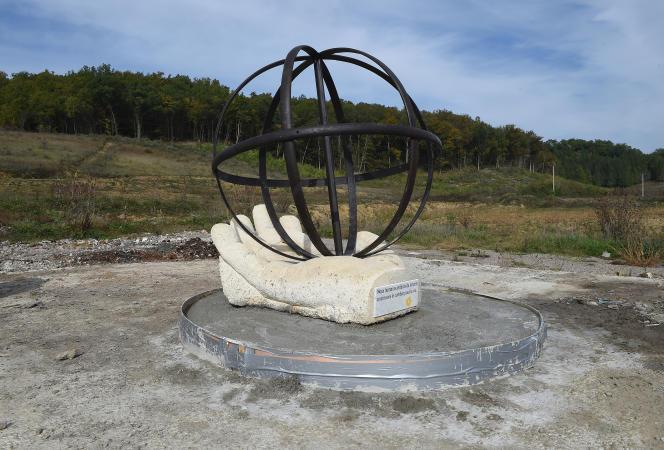 Sculpture érigée en mémoire de Rémi Fraisse, à Lisle-sur-Tarn.