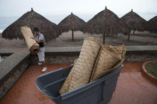 Un employé de l'hôtel Sheraton de Puerto Vallarta, au Mexique, range du matériel avant l'arrivée de l'ouragan Patricia.