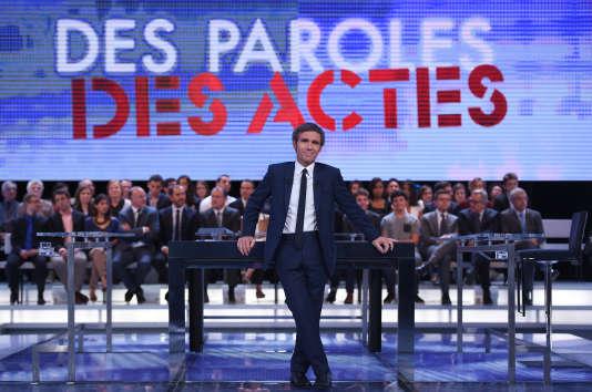 """David Pujadas sur le plateau de l'émission télévisée de France 2 """"Des paroles et des actes"""", le 24 septembre 2015."""