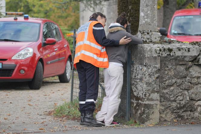 Un pompier tente de réconforter une proche d'une des victimes de l'accident de Puisseguin.