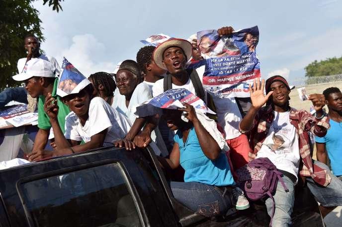 Des partisans de Maryse Narcisse, candidate de Fanmi Lavalas (Famille Lavalas), le 23 octobre à Port-au-Prince.