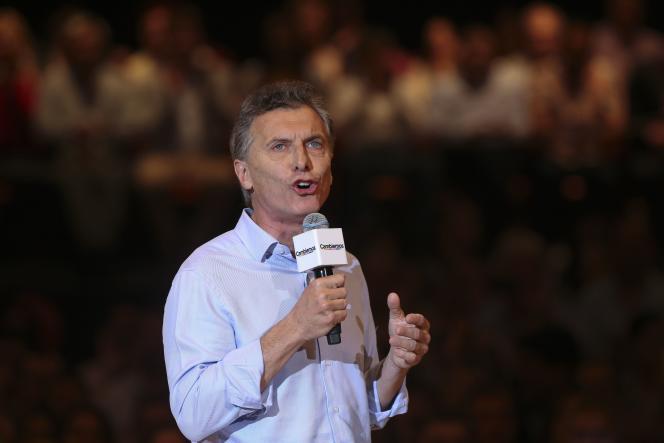 Mauricio Macri est le fils d'un des plus riches entrepreneurs du pays. Il a été le président du club populaire de football Boca Juniors.