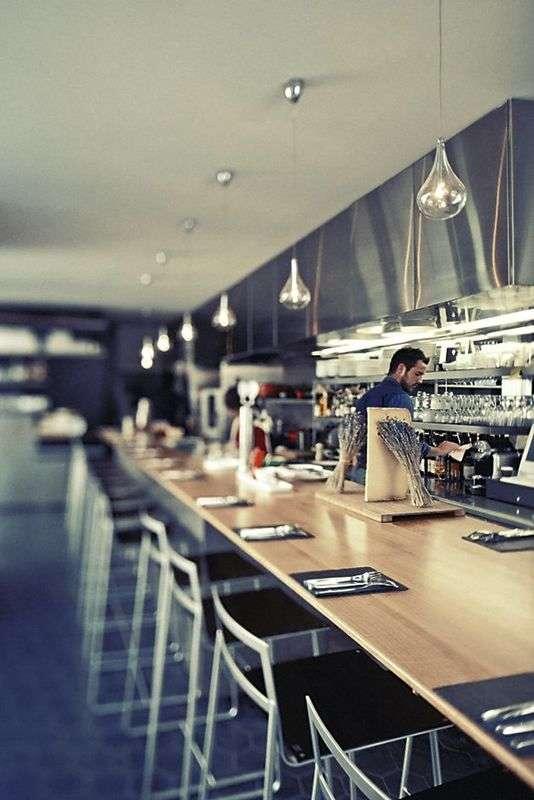 Les restaurants misent sur les dîneurs solitaires. Ici, un comptoir accueillant chez Pierre Sang in Oberkampf, à Paris 11e.