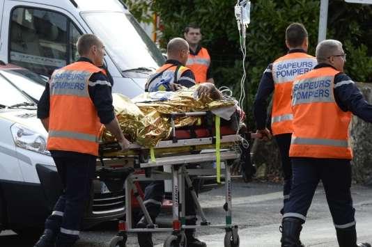 Des pompiers évacuent une victime d'accident de la route le 23 octobre 2015 à Puisseguin.
