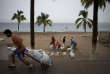 Des habitants de Puerto Vallarta, au Mexique, se prépare à l'arrivée de l'ouragan Patricia.