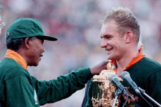 Nelson Mandela et François Pienaar, lors du titre sud-africain au Mondial 1995, à Johannesburg.
