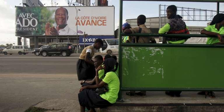 Une affiche de campagne du président ivoirien sortant, Alassane Ouattara,  le 21 octobre à Abidjan.