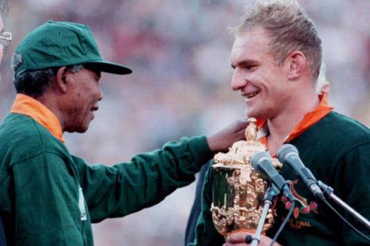 Nelson Mandela remet le trophée Webb-Ellis à François Pienaar, le 24 juin 1995.