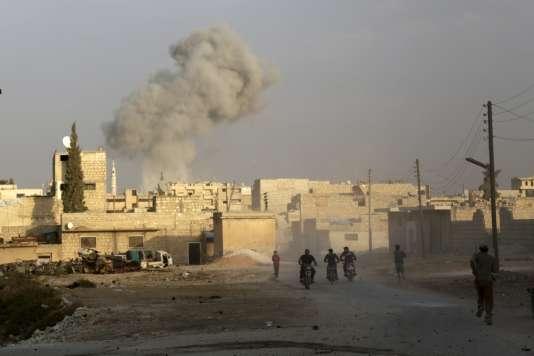 De la fumée s'élève dans le ciel de Maaret al-Numan (province d'Idlib) après une frappe russe présumée.