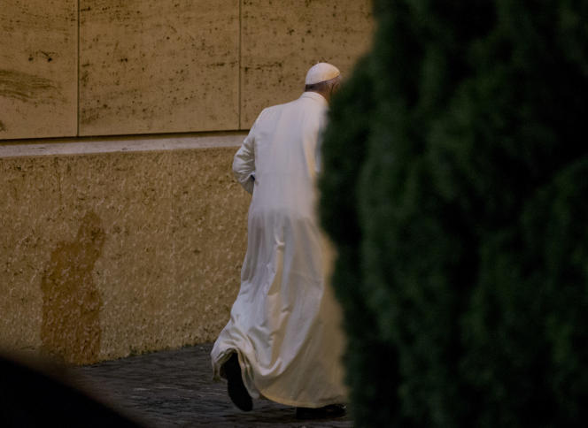 Le pape François quitte le synode des évêques, samedi 24 octobre au Vatican