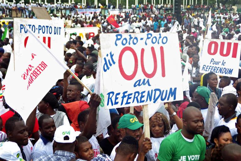 """Des partisans du """"oui"""" au référendum constitutionnel au Congo, lors d'une manifestation à Brazzaville le 10 octobre."""