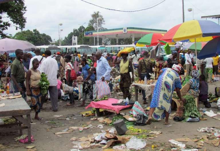 Sur un marché de Brazzaville, la veille du référendum constitutionnel du 25 octobre.