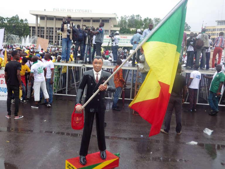 Une statue à l'effigie du président Denis Sassou Nguesso, lors d'une manifestation de partisans du pouvoir, le 10 octobre, à Brazzaville.