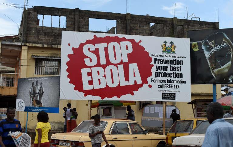 Une affiche sensibilisation à la prévention contre  Ebola dans une rue de Freetown, en novembre 2014.