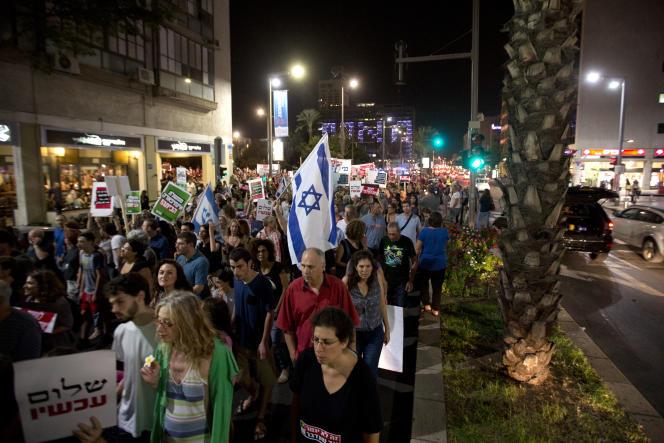 Quelques milliers de sympathisants de la gauche israélienne ont défilé à l'appel de l'organisation La Paix maintenant, samedi 24 octobre à Tel-Aviv.