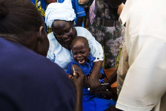 Séance de vaccination d'un bébé à Rejaf, au Soudan du Sud, le 24 octobre 2015.