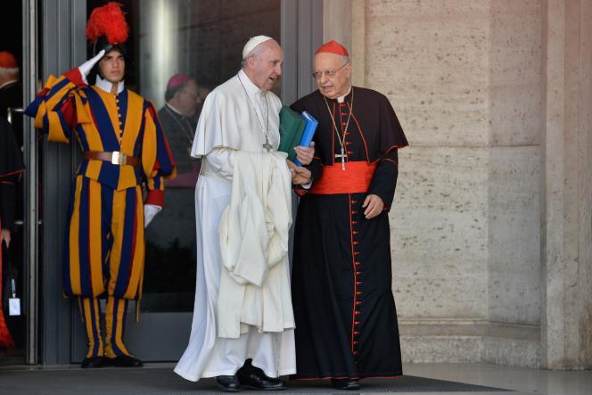 Le pape François et le cardinal italien Lorenzo Baldisseri, le 24 octobre au Vatican, dernier jour du synode sur la famille.