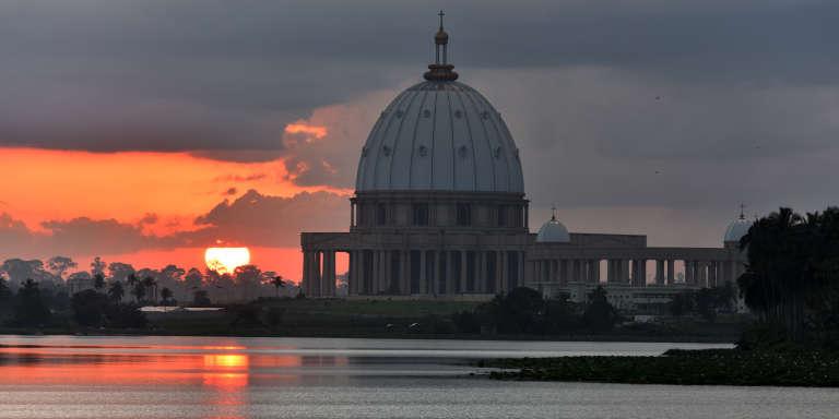 La basilique de Yamoussoukro, réplique de la basilique Saint-Pierre du Vatican, l'un des symboles de la capitale politique de la Côte d'Ivoire.