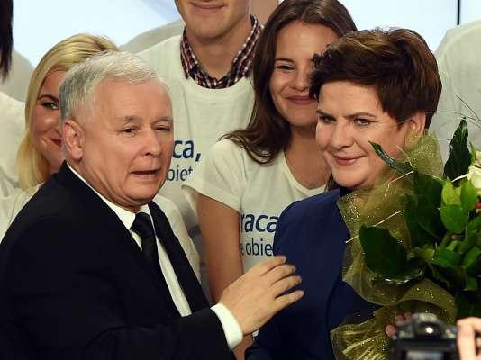Beata Szydlo, ici félicitée par le président de son parti Droit et Justice, Jaroslaw Kaczynski, devrait être la prochaine première ministre polonaise.
