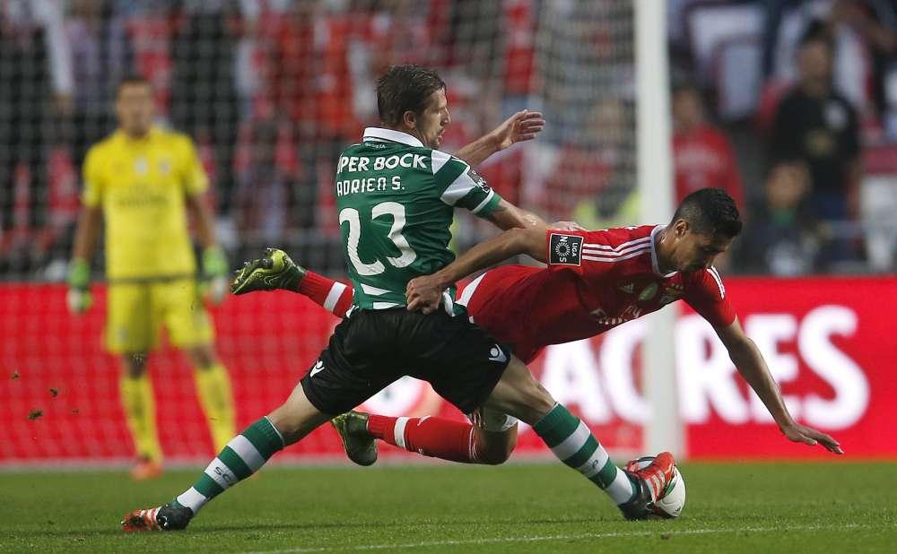 Benfica chute encore. Huitièmes du championnat, les Aigles ont perdu chez eux 3-0 contre le Sporting Portugal, entraîné par leur ancien coach, Jorge Jésus, lors du derby lisboète. Les Lions sont premiers du championnat.