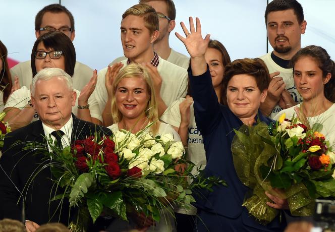 Le président du parti Droit et Justice (PiS), Jaroslaw Kaczynski et Beata Szydlo, probable future première ministre du pays.