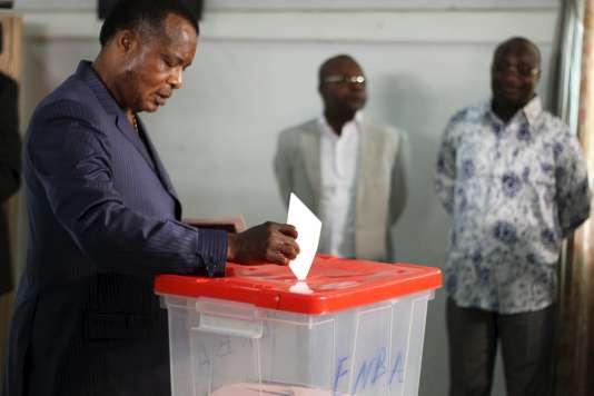 Le président de la République du Congo Denis Sassou Nguesso vote dans un bureau de Brazzaville, la capitale, le 25 octobre 2015.
