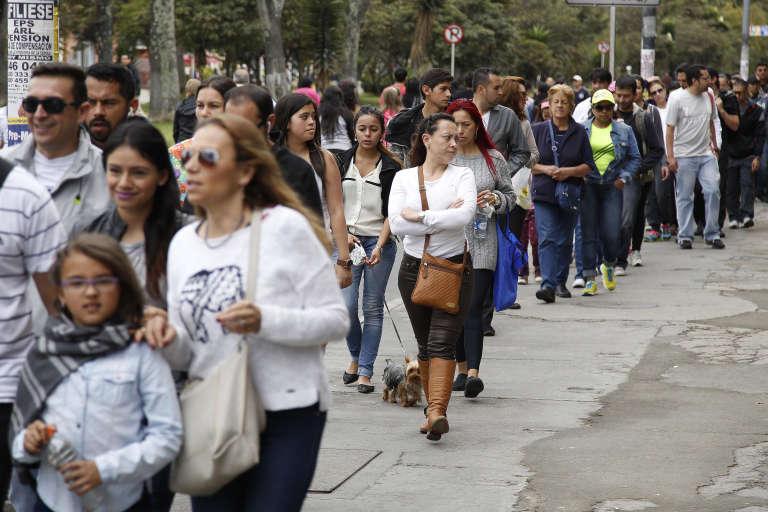 Citoyens colombiens faisant la queue devant un bureau de vote, dimanche 25 octobre à Bogotá.